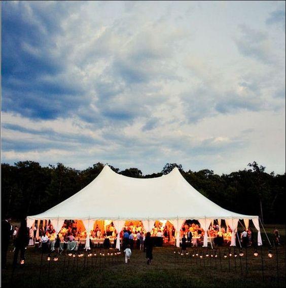 Las bodas bajo carpas blancas en un patio o en el campo emanan calidez.