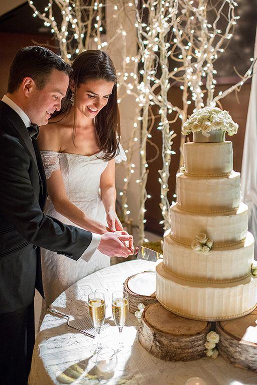 Los novios cortando su pastel en una boda en Aspen. Yo elegiría How sweet it is como canción para este momento.