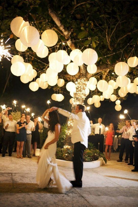 Baila bajo la luz de las globas en tu recepción de bodas! ¿Que canción elegirás para tu primer baile de bodas?