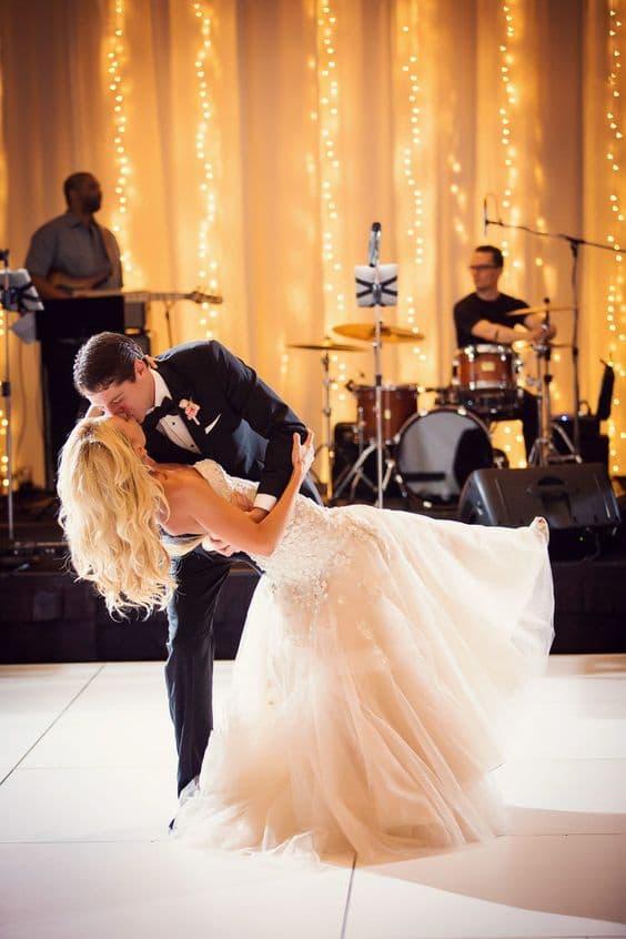 90 canciones de boda fantásticas para todas las partes de tu celebración. Foto de Trevor Dayley - Arizona. 90 Swoon-worthy songs for every Part of your wedding day.