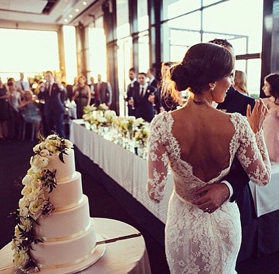 Este puede ser un momento tanto formal como divertido. Escoge de entre estas canciones para bodas llenas de azúcar.