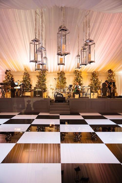 Recepción bajo una carpa con pista de baile en blanco y negro y faroles gigantes en Dallas, TX. Wedding planning: DFW Events. Fotografía: Sarah Kate Photographer.