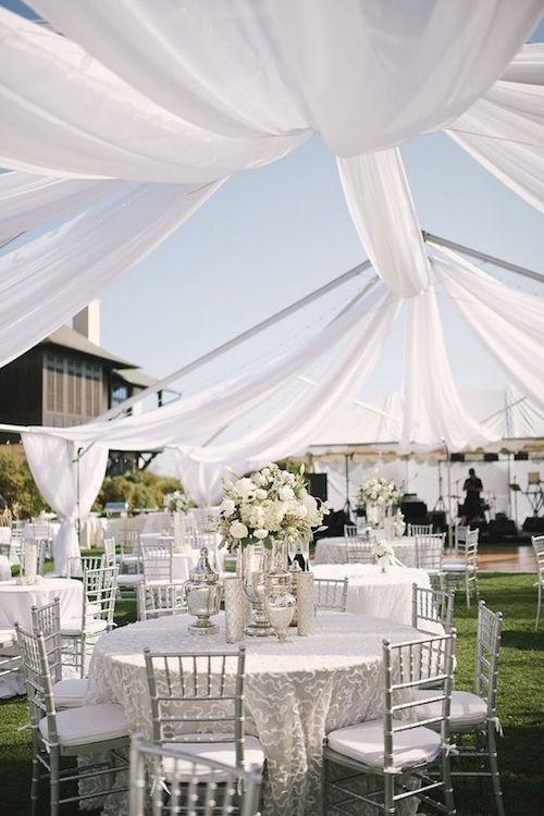 El armazón de una carpa con telas y sin lona. Que belleza en esta boda en la Florida fotografiada por Paul Johnson.