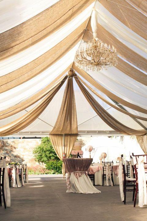 La arpillera es un material fantástico para utilizar en tu boda porque es simple, fresco y económico! Y si crees que sólo sirve para bodas rústicas, estás equivocada - lo puedes incorporar fácilmente con cualquier estilo de boda.