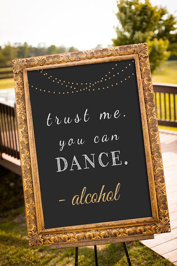 Confia en mi, puedes bailar - el alcohol. Un cartel gracioso para animar a bailar a tus invitados.