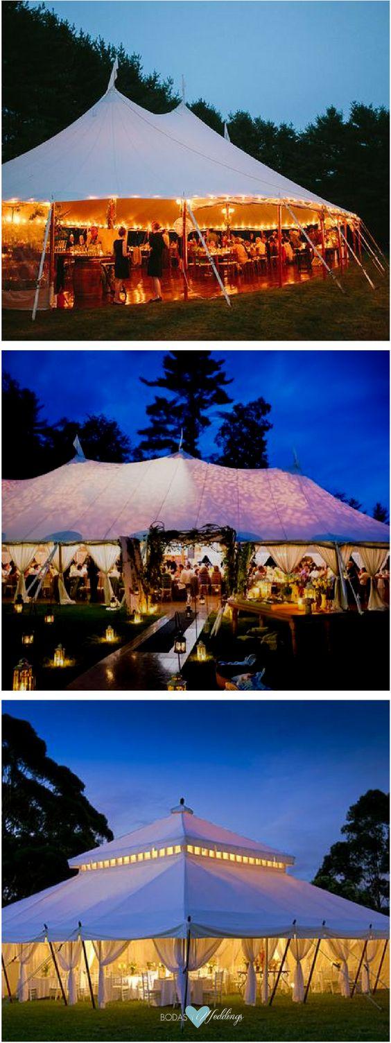 Las bodas en jardín me cortan la respiración Son íntimas y emotivas fotografiada por Lisa Rigby Photography. Recepción con carpas para fiestas totalmente iluminadas. Carpa para bodas de dos pisos foto de Colin Cowie Weddings.
