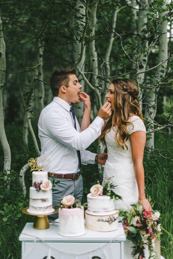 Una pareja boho en el momento del corte de la tarta acompañados de Sugar de Maroon5 | Nhiya Kaye Photography