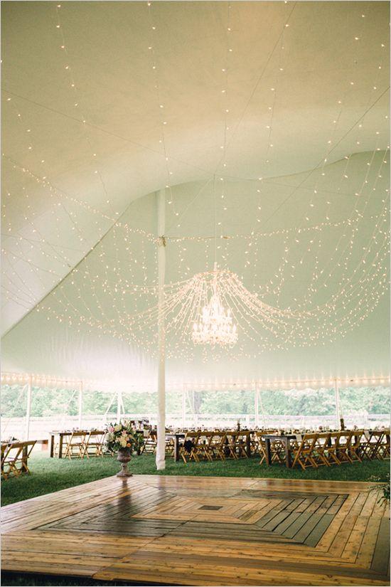 Una decoración de carpas muy chic con forro de seda, araña colgante y luces, fotografiada por Jamie D Photography & Daylene Wilson Photography.