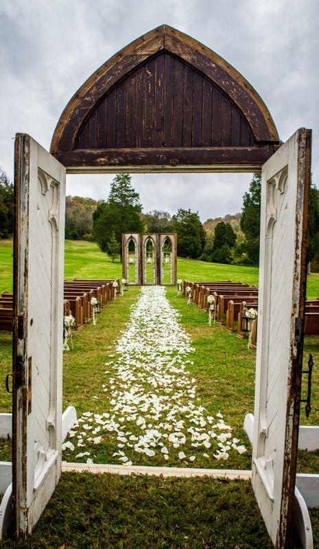 Cedarwood Weddings en TN, un lugar mágico para la entrada de la novia.