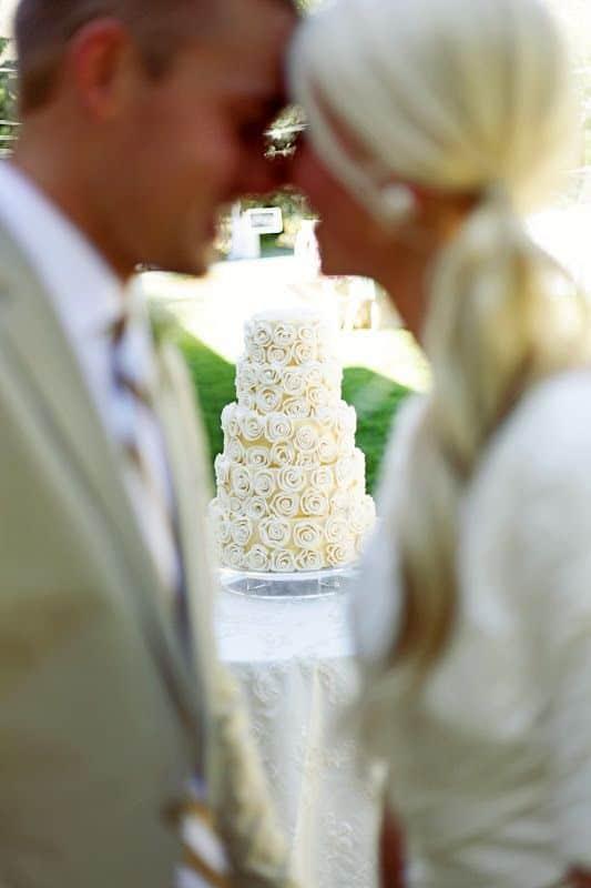 Una foto de pastel de bodas diferente que igual puede tener música de fondo.
