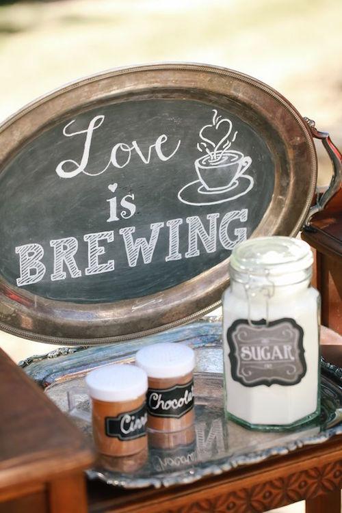 Acompañamientos sobre una bandeja de plata en jarros vintage. Una excelente idea para decorar tu coffee bar.