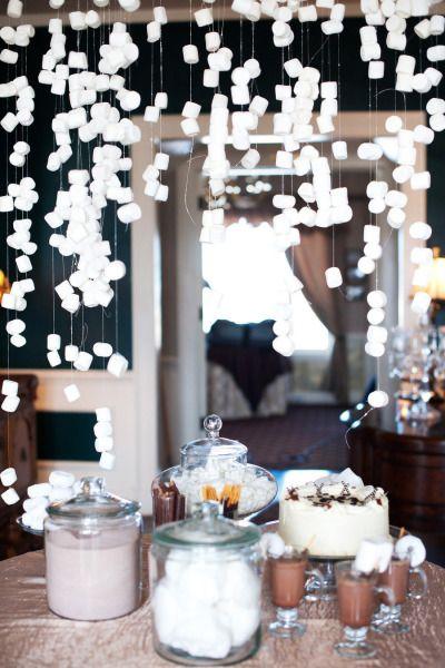 Cuelga los marshmallows sobre la mesa de tu coffee bar y parecerá nieve... de azúcar.