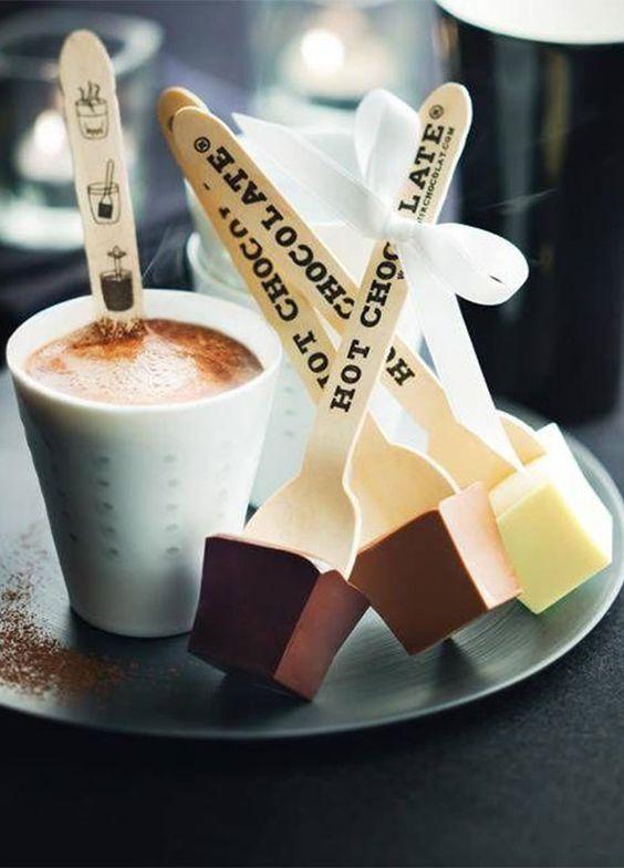 Palillos de madera para remover el café con instrucciones para lograr una bebida más que deliciosa.