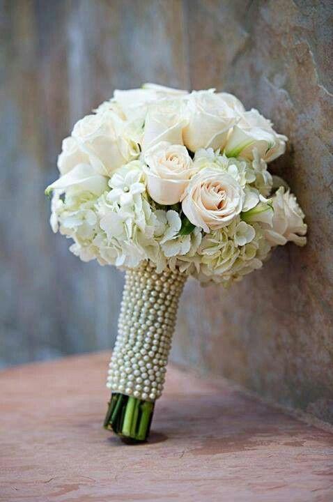 Crisantemos rosas y perlas para una boda vintage.