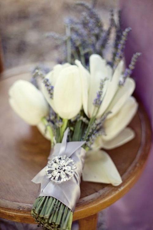 Precioso ramo con tulipanes y lavanda.