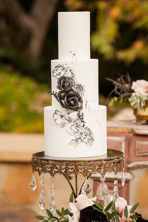 A romantic drawing over a round and smooth white cake ideal for a vintage wedding.
