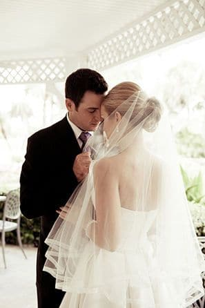 We've collected different types of veils to adorn your wedding day look.