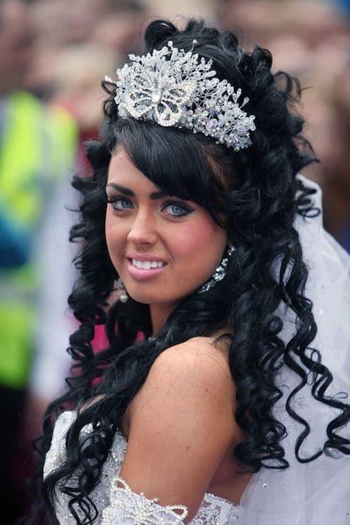 La novia con su bellísimo vestido blanco y una corona decorando su peinado Big Fat American Gypsy Wedding. Fotografía: Channel.