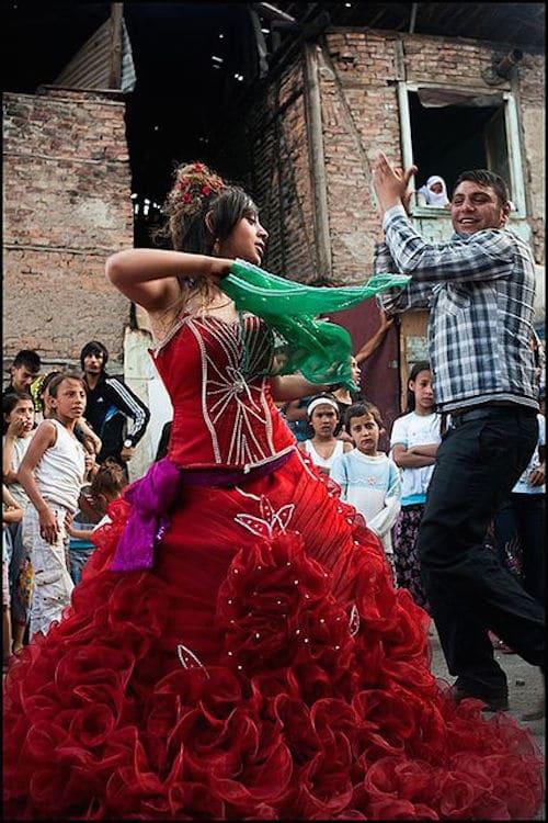 La novia en su vestido rojo tradicional de las bodas gitanas en Ankara, Turquia. Photo by Aine on Flickr.