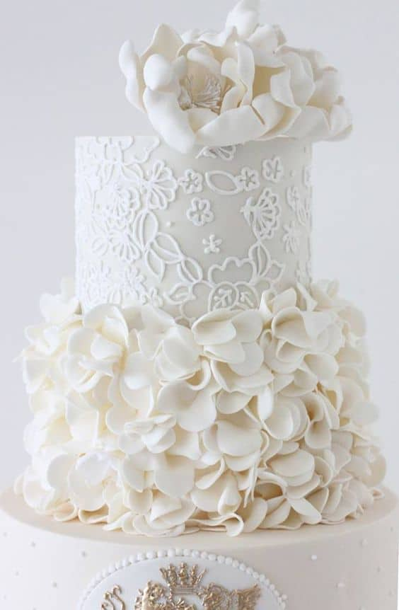 Piped icing patterns that echo the embroidery of the bride's dress. Calligraphy by Jennifer.