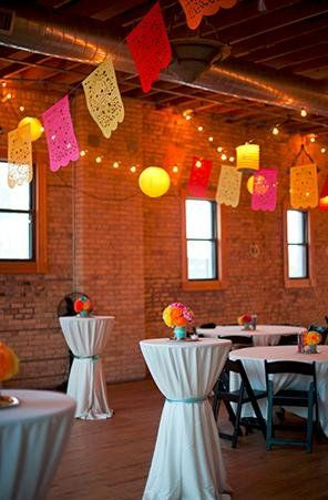 Banderas de papel picado mexicano una opción divertidisima para el techo del salon! Fotografia: Tiffany Bolk.