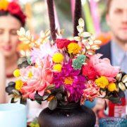 Centros de mesa con flores en jarrones preciosamente mexicanos.