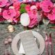 Decoración de mesa con lino en gris y fucsia con posa platos en plateado. Fotografía: Heather Waraksa.