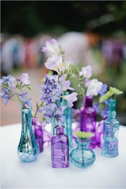 Floreros en azul y morado. Cottage Creek Inn Wedding capturada por Meg Ruth Photography.