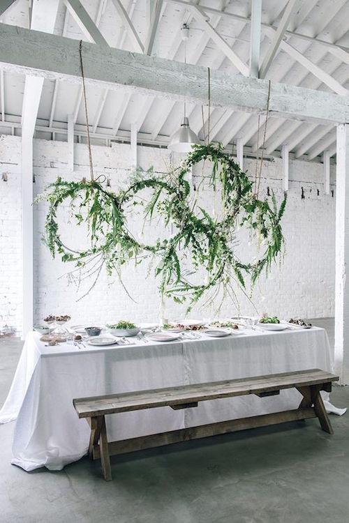Instalaciones florales colgantes DIY para un brunch primaveral de Anne Sage.