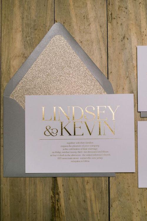 El gris combinado con el dorado definitivamente da una sensación de lujo Invitación de Jessika Feltz.