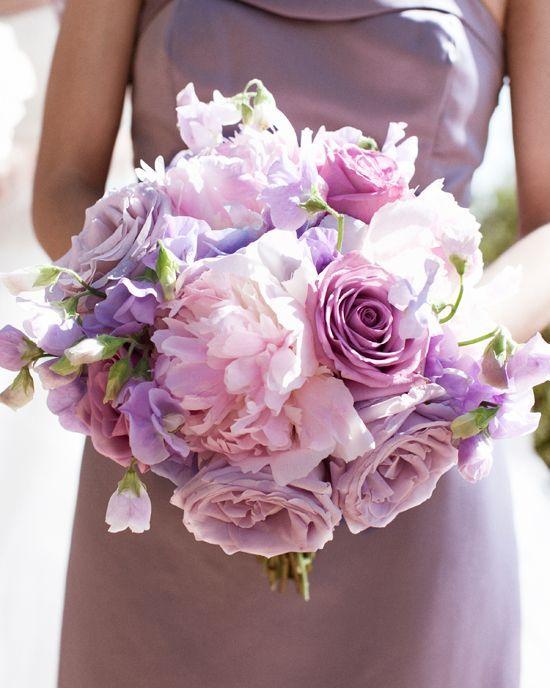 Colección Aves del Paraiso de Limor Rosen con ramo de novia en lila y morado.
