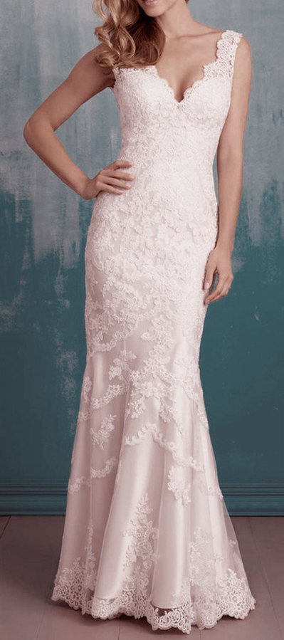 Mermaid lace wedding dress with short sleeves.