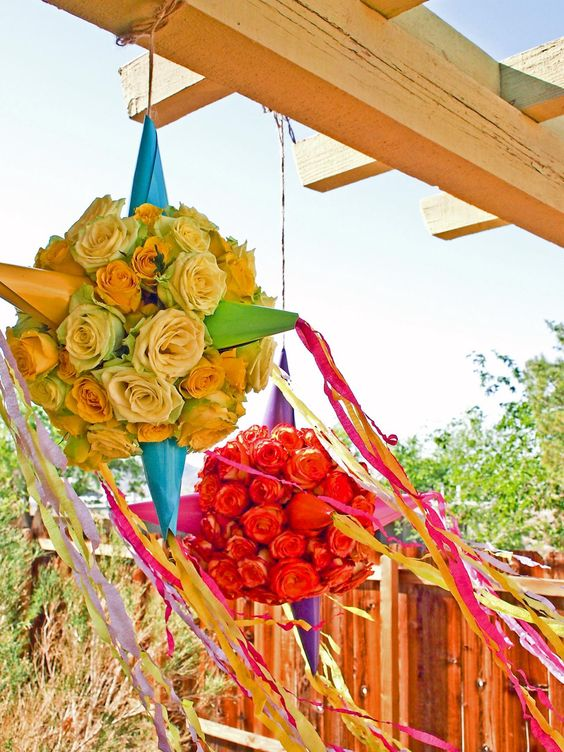 Piñata con flores: Una versión lujosa y fragante de la piñata tradicional con una sofisticada y caprichosa paleta de colores para esta decoración de fiesta.