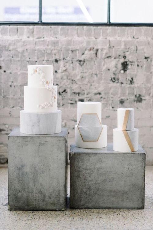 Torta de casamiento moderna para una boda industrial con geodos en gris y colores metalizados.