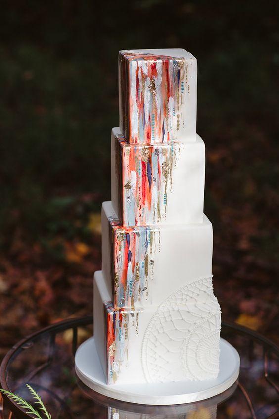 Tortas de bodas tan hermosas que dan lástima comerlas con toques de gris y rojo sobre un fondo blanco puro.