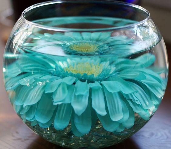 Tutorial para centros de boda super sencillos. Consigue los vasos en el Dollar Tree y las flores artificiales por menos de un $1 en Walmart. Voila!