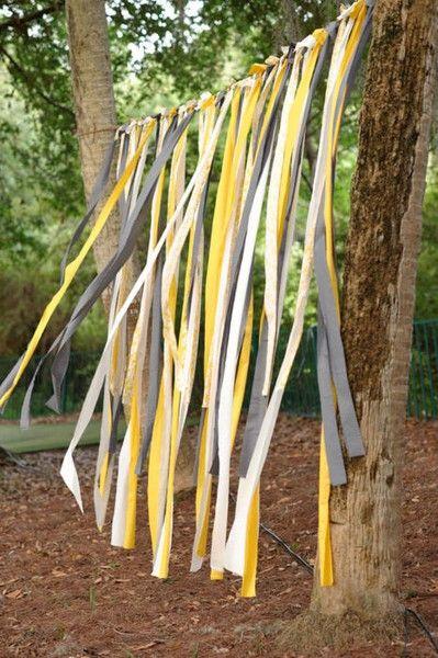Puedes colgar cintas en color gris y amarillo en la puerta del patio para una boda al aire libre.