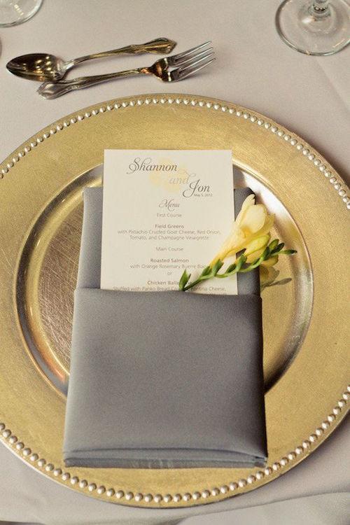 El romance optimista se mezcla con la banalidad moderna en esta boda en un jardín fotografiada por Heather Scharf Photography.