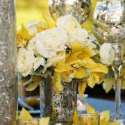 Una fresca y sutil combinación de colores en una decoración para bodas en color gris y amarillo.