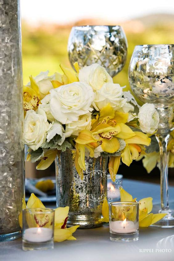 Una fresca y sutil combinación de colores en una decoración para bodas en color gris y amarillo. Foto: Ripee Photo.