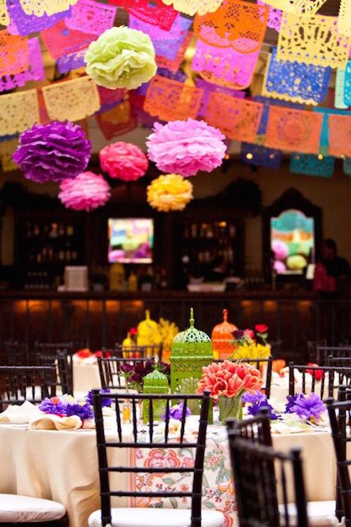 ¿Qué obtienes al combinar botellas de salsa picosa, ranúnculos y banderas de papel picado? Las cenas de recepción más espectaculares.