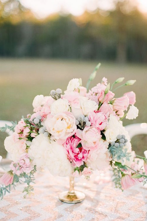 Indulge in your wedding centerpieces with pink and white peonies over rose gold chevron. So pretty! More wedding inspiration ideas on #BYW bodasyweddings.com Photography: Ruth Eileen Photography.