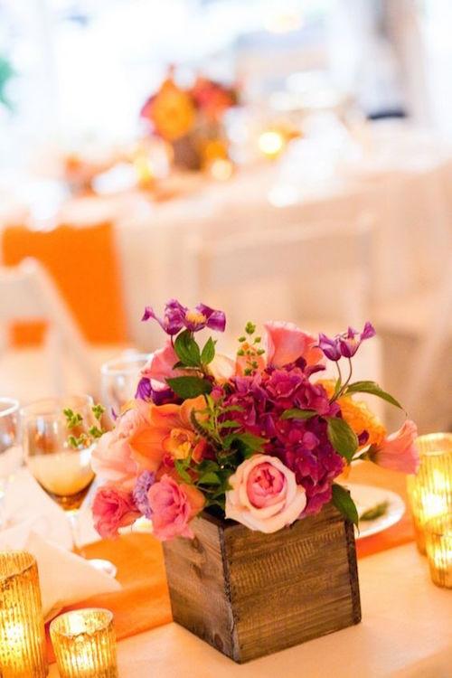 Un centro de mesa de colores vibrantes.