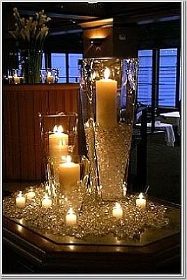 Brillante centro de mesa con velas en temática con diamantes.