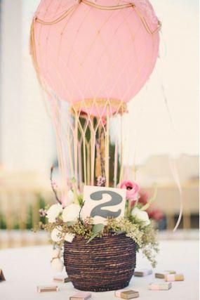Centro y número de mesa original con globos.