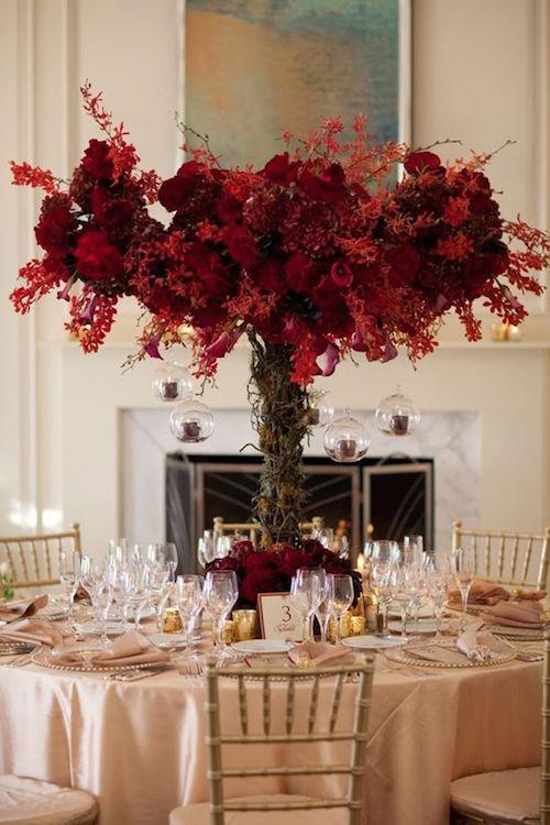 Bayas rojas en estos centros de mesas ideales para una boda en otoño o en invierno!