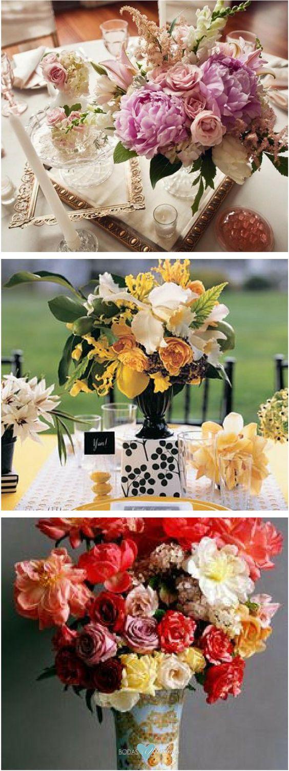 Centros de mesa florales. ¿Quién diria que algo tan simple como los marcos de cuadros - lisos o adornados - podrían crear un efecto tan impactante en la decoración de la boda? Centro y decoración de mesa en amarillo y negro de Martha Stewart Weddings.