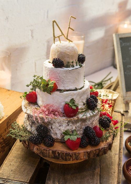 Love the summery eco-conscious decoration for this wedding cake by Purslane Catering. Photography by Lassara Photography.