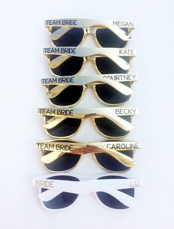 Fabulosos anteojos para sol como recuerdos para despedidas de soltera divertidas!