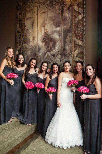 Esta boda está totalmente en tendencia con el gris carbon y el fucsia. Clásico hermoso, y absolutamente impresionante boda en Kiawah Island fotografiada por Juliet Elizabeth Photography y Gathering Floral + Event Design.